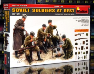 1:35 SOVIET SOLDIERS AT REST - Mini Art 35109